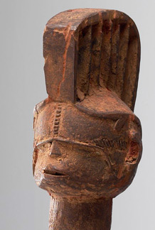 statua - etnia IBO della Nigeria - in legno policromo alta 76,5 - dettaglio