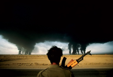 © Henri Bureau/Sygma L'incendio dei pozzi petroliferi.  Abadan, Iran, 1980