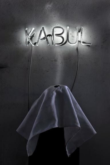 Nakis Panayotidis, KABUL, il racconto di un sogno, 2012 neon dipinto, vapore, telo, 143 x 30 x 22 cm