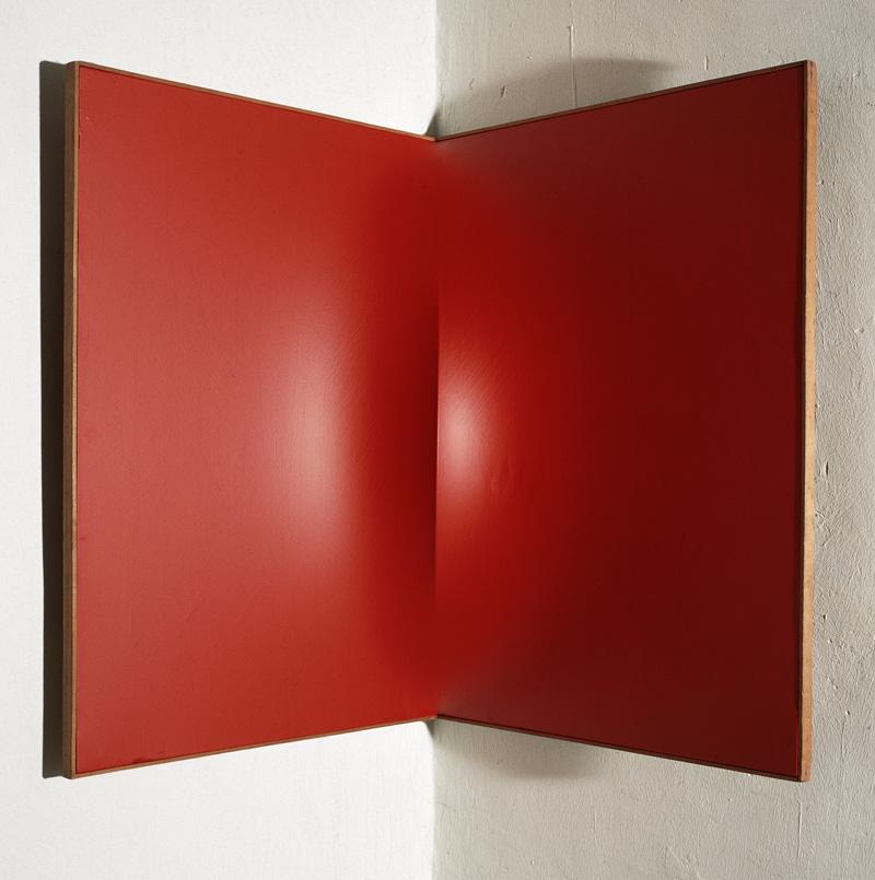 Castellani, Superficie angolare rossa, 1961, Acrilico su tela, 80x60x60 cm, Collezione dell'artista