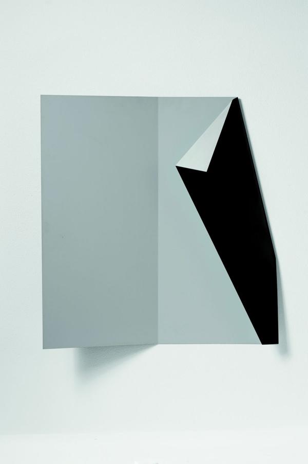 Grazia Varisco, Extrapagina BN, 1983, Alluminio piegato verniciato, 82 x 82 x 15 cm