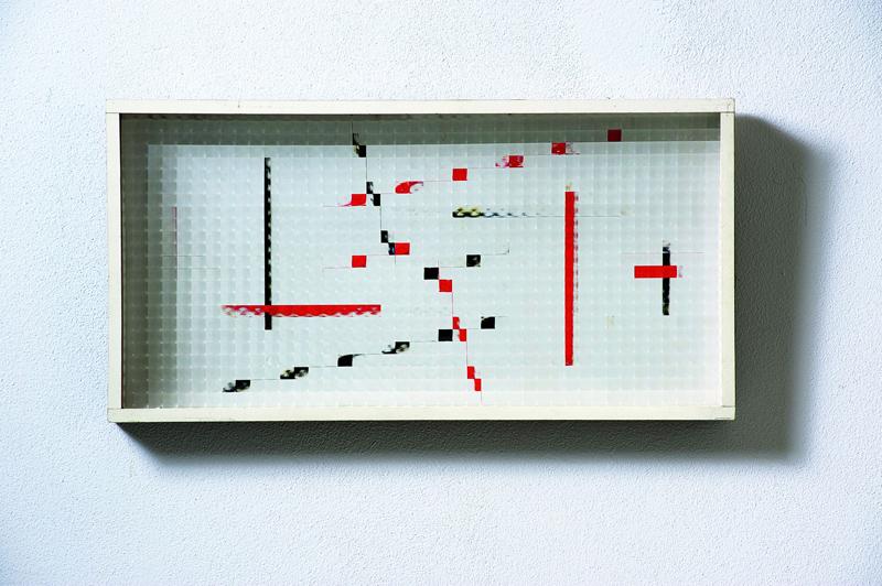 Grazia Varisco, Reticolo frangibile rossonero, 1970,Oggetto ottico-cinetico,Legno, vetro industriale, 32 x 62 cm