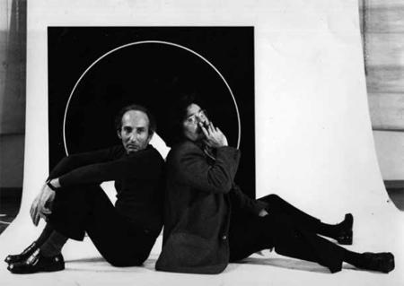 Eugenio Carmi et Pierre Restany devant une oeuvre exposée au Musée d'Art Moderne de la Ville de Paris, 1971, Photo Lorenzo Capellini