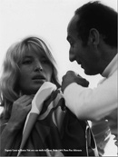 Orenda Art International, Eugenio Carmi et Monica Vitti avec une étoffe de Carmi. Rome 1969. Photo Pino Abbrescia