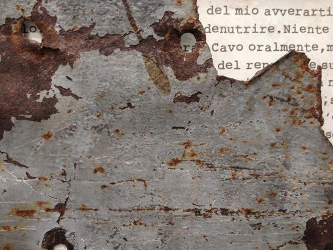 Alessandro Bergonzoni, particolare di  SOTTO SOTTO SOTTO, 2012, CARTA, RUGGINE E LAMIERA