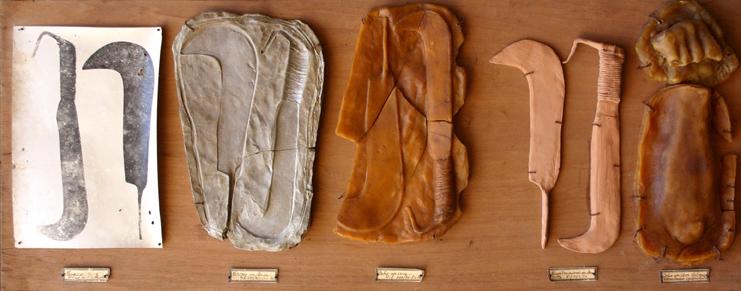 Galleria Blu, Claudio Costa, Analisi su un oggetto del museo di Monteghirfo, 1976, Foto, calchi in cera, terracotta, argilla su legno , cm 55x140