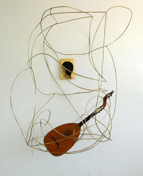 Mimmo Paladino, Senza Titolo, collage su legno con foglia d'oro ed ottone + arciliuto, 200 x 170 x 126 cm (quadretto 30 x 20 x 4 cm), 2013 (foto Studio Paladino)
