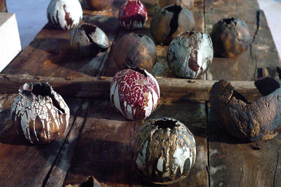 Maria Cristina Carlini, Fare secondo natura, mostra al Castello Reale di Govone - Crateri colorati, 2013, grès, smalto, oro, ossido di ferro, varie dimensioni, diametro cm 20 cad