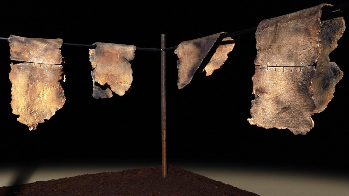 Maria Cristina Carlini, Stracci, 2006, grès con cuciture in ferro, terra e ferro, cm 180x230x170 © Adriana Ferrari