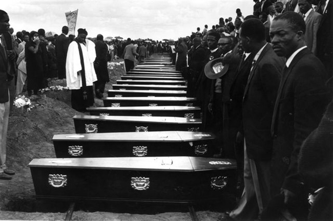 PAC Padiglione d'Arte Contemporanea,  mostra Rise and Fall of Apartheid - Peter Magubane, Funerali a Sharpeville