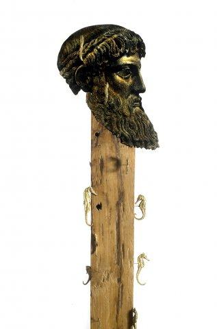 Filippo Sciascia, Gremano Esiatico 4 (dett.), 2013, olio su legno Teak, cavalluccio marino in legno Teak balinese e ferro, 190x30 cm
